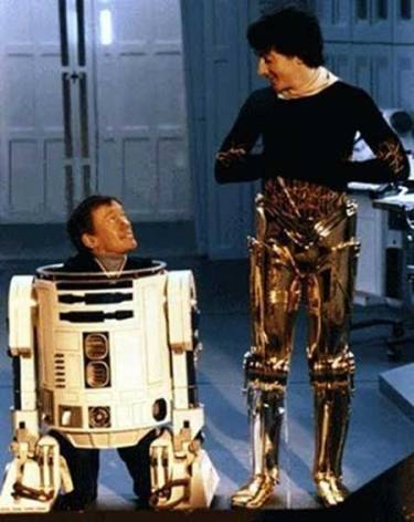Kenny_Baker_as_R2_D2_and_Anthony_Daniels_as_C_3_PO